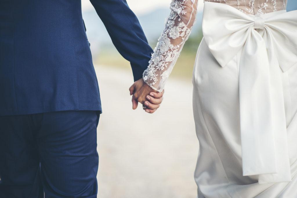 couple mariés de dos