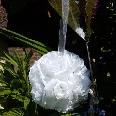 Boule fleurs artificielles blanche