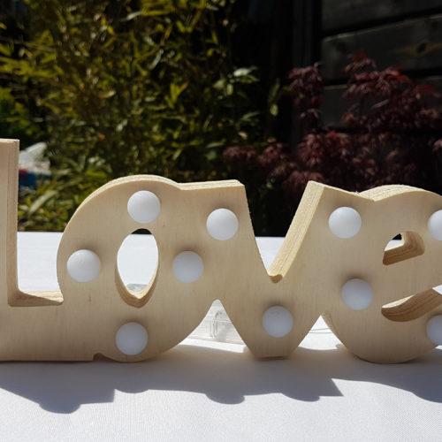 Mot LOVE en bois lumineux